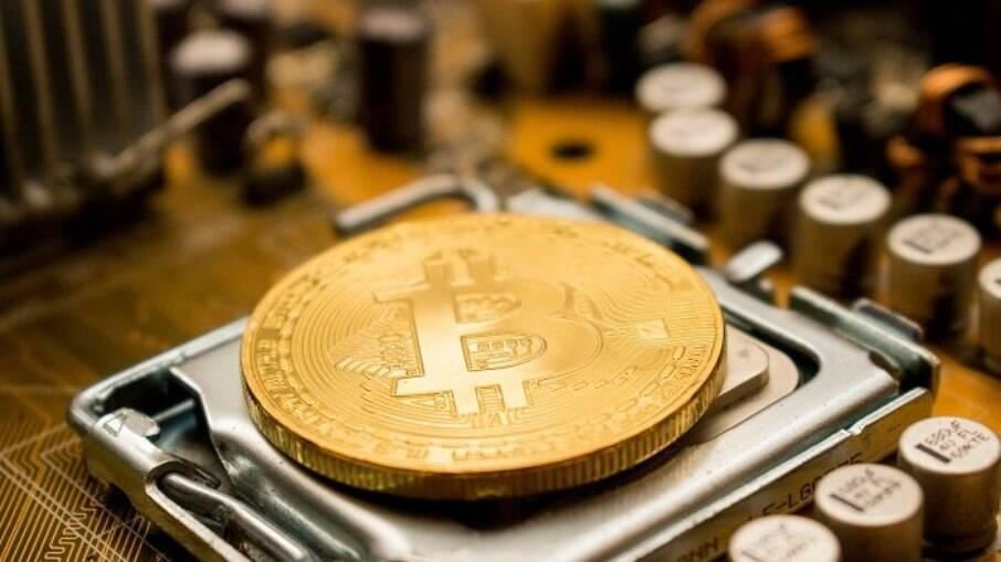 Polícia da Malásia destrói 1.060 plataformas de mineração de bitcoin
