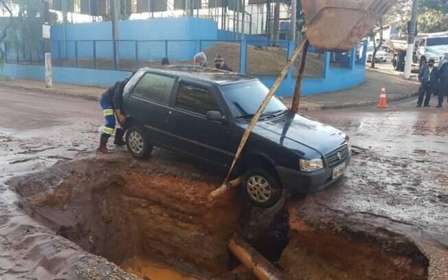 Carro cai em cratera aberta por causa de obras em Valinhos