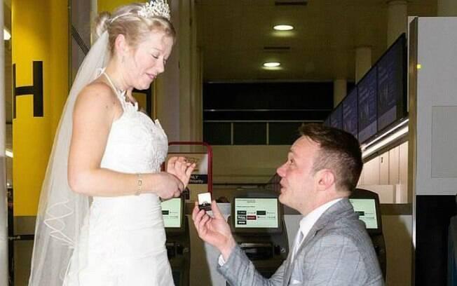 Sarah Elliott e Paul Edwards se conheceram em um aplicativo de relacionamento e não hesitaram em casar no primeiro encontro