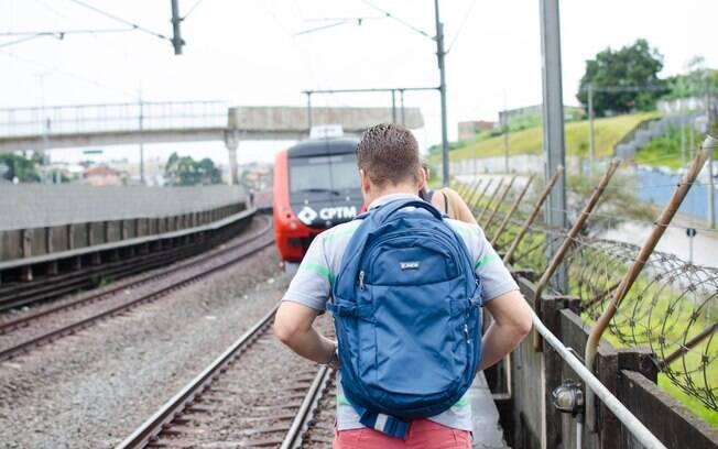 Passageiros desembarcaram do trem e seguiram a pé na linha 11-Coral