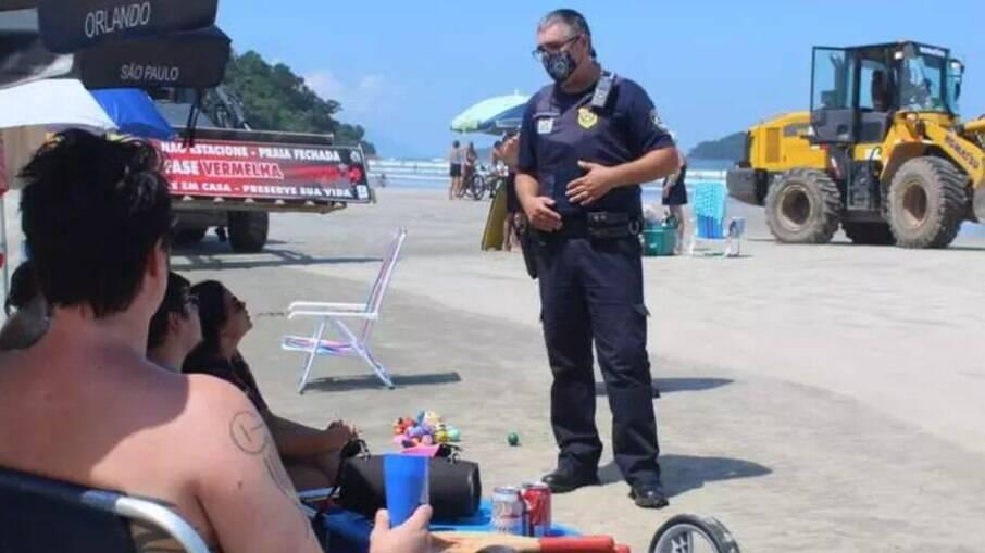 SP: No litoral, prefeitura recorre a trator para remover banhistas das praias