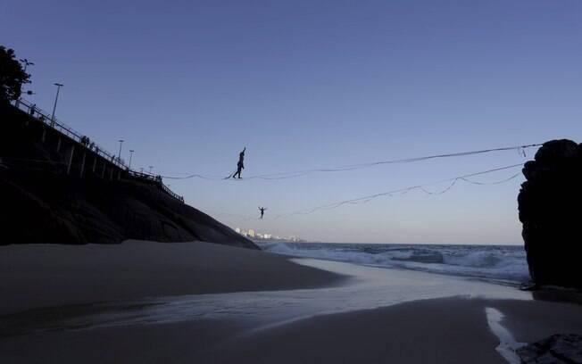 Forte resaca faz aparecer pequena praia no mirante do Leblon