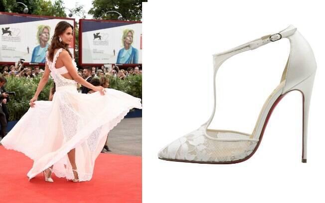 O vestido transparente por pouco não ofuscou o modelo Salonu de couro branco e tira fina com bico fino feito em renda (R$ 4.090)