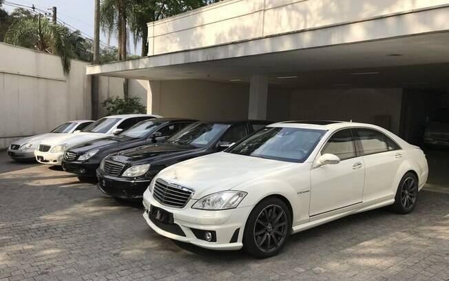 Mercedes da Hebe: o modelo mais recente da fila é o sedã S65 AMG branco que aparece em primeiro plano, com rodas pintadas de cinza grafite