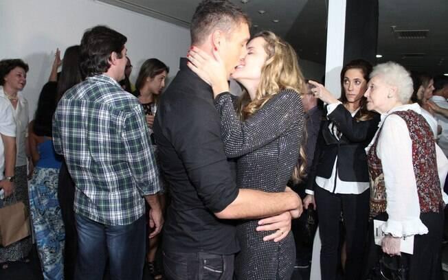 Leonardo Carvalho beija a mulher na estreia da peça