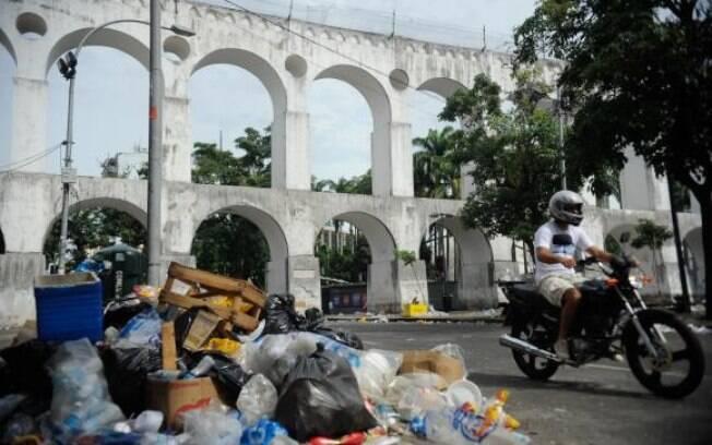 13.mar.2015 - Ruas da Lapa, no Rio, amanheceram com pilhas de lixo por conta da greve dos garis