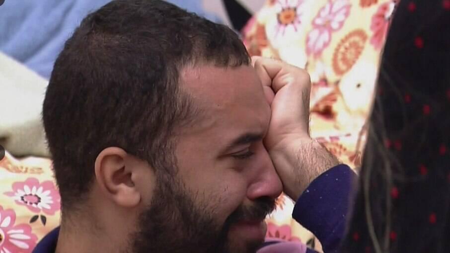 Gilberto chorou ao falar sobre medo de não ser aceito pela família
