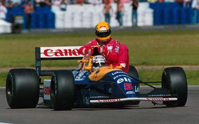 Ayrton Senna pega carona no carro de Nigel Mansell após ficar sem combustível na última volta do GP de 1991