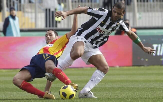 Felipe Melo tenta domínio da bola em atuação  pela Juventus