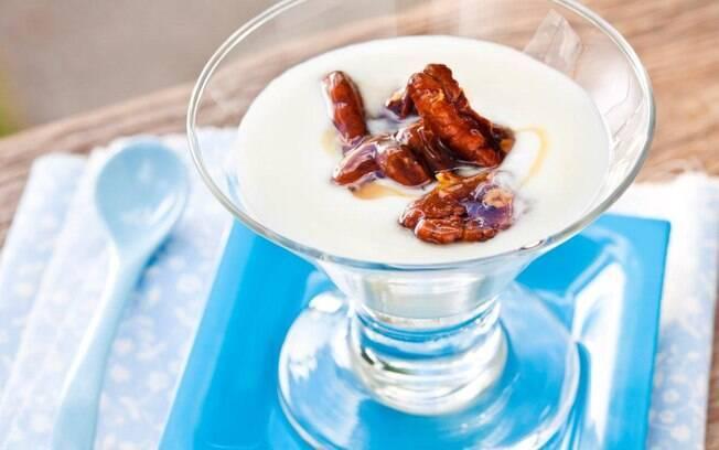 Foto da receita Sobremesa de nozes pecãs, mel e iogurte pronta.