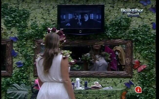 Monique observa o clipe do NX Zero