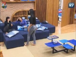 Shayene se junta a Gretchen e Viviane no sofá e o assunto é um só: Nicole