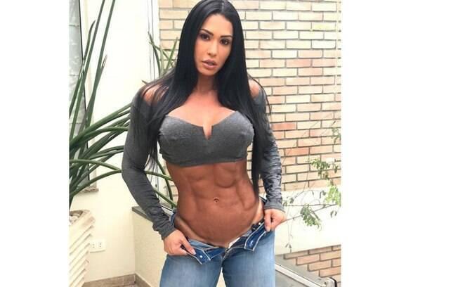 Gracyanne Barbosa sensualiza com cropped curto e calça aberta mostrando a marquinha do biquíni