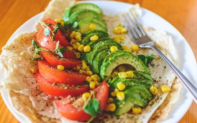 Combine avocado com legumes para um prato colorido, saudável e que mata a fome sem pesar