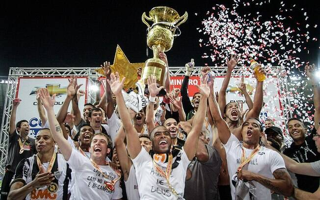 Jogadores do Atlético-MG levantam o troféu de  campeão mineiro em 2013