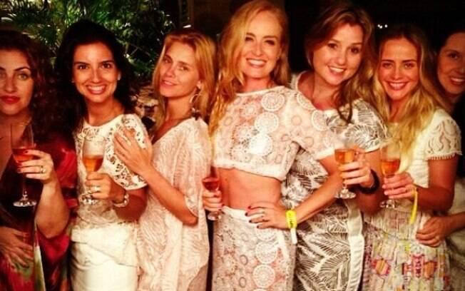 Carolina Dieckmann, Angélica e Juliana Silveira posam com mais amigas