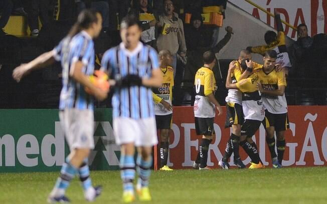 Criciúma venceu o Grêmio em casa e se afastou  da zona do rebaixamento