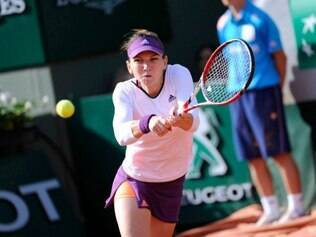 A tenista romena Simona Halep  confirmou seu favoritismo ao superar a russa Svetlana Kuznetsova por 2 sets a 0, com duplo 6/2