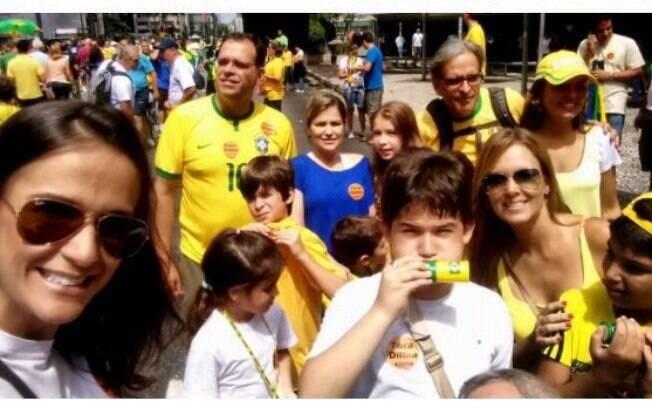 Silvia Suardi com filhos e alunos na manifestação de domingo (13), na avenida Paulista, em São Paulo