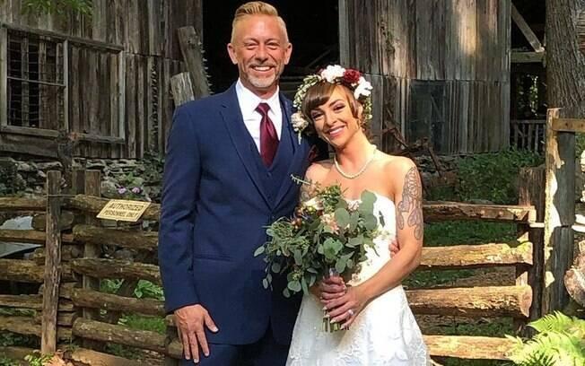 Erianna, 24, é casada com John, 49, e afirma que a diferença de idade já foi preocupação, mas hoje não é problema para eles