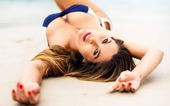 Flávia Alessandra sensualiza na areia da praia