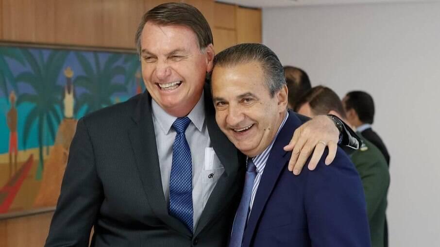 Presidente Jair Bolsonaro (sem partido) abraçado ao pastor Silas Malafaia, líder da Assembleia de Deus Vitória em Cristo