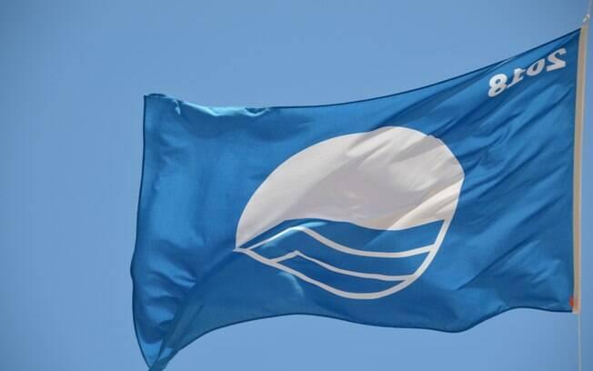 Algumas praias de Portugal contam com a bandeira azul, símbolo de que possuem infraestrutura e são bem cuidadas