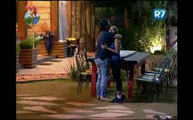 João Kléber abraça Raquel Pacheco afirmando estar arrependido
