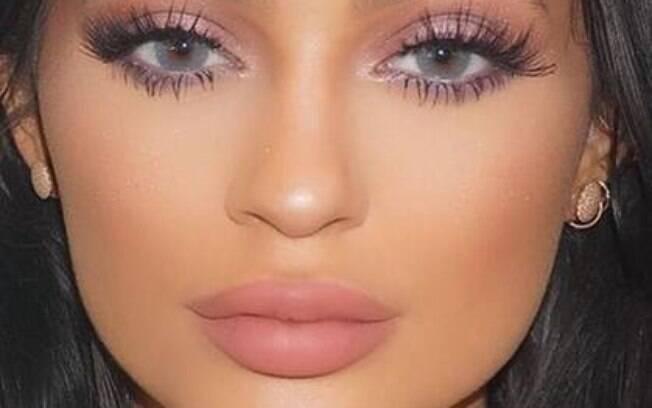 Kylie Jenner exige charme e beleza com o make