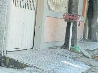 Travesti foi encontrada próxima de um muro