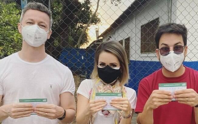 Sandy, Júnior e Lucas Lima vacinam contra a covid-19 em Campinas