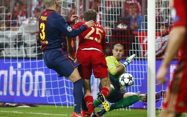 Thomas Mueller cabeceia para abrir o placar  para o Bayern de Munique sobre o Barcelona