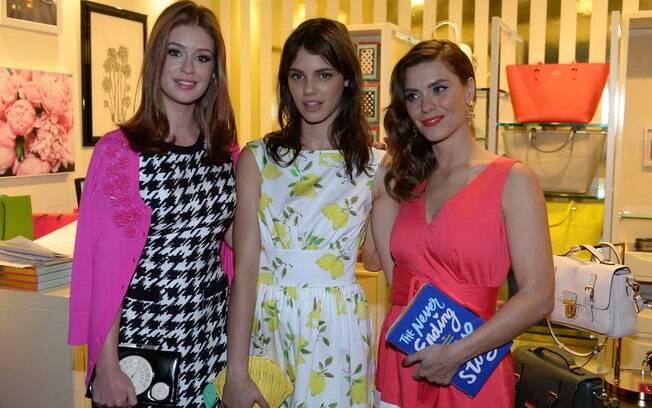 Laura Neiva fotografa entre Marina Ruy Barbosa e Carolina Dieckmann em evento na capital puaulista