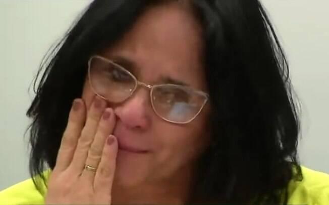 Damares Alves chora durante Comissão de Direitos Humanos e Minorias (CDHM) da Câmara dos Deputados