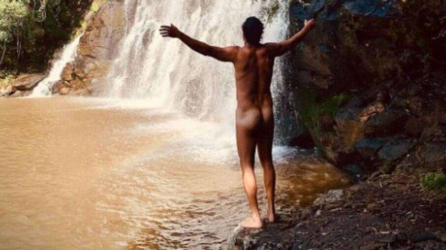 José Loreto pelado na cachoeira