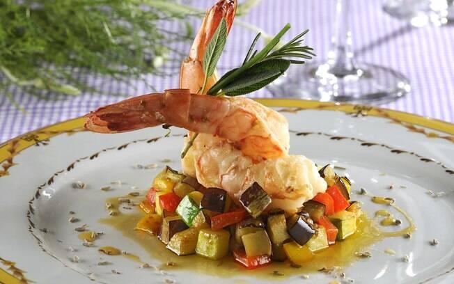 Anis e ervas de Provence ressaltam o sabor do camarão em receita do Brie Restô (SP)