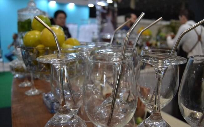 Canudos de inox substituem os de plástico na festa de casamento e ainda podem ser dados de brinde aos convidados
