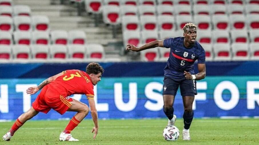 Pogba em ação durante jogo da seleção francesa.