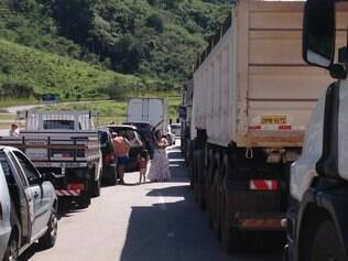 Congestionamento se estende na BR-381.