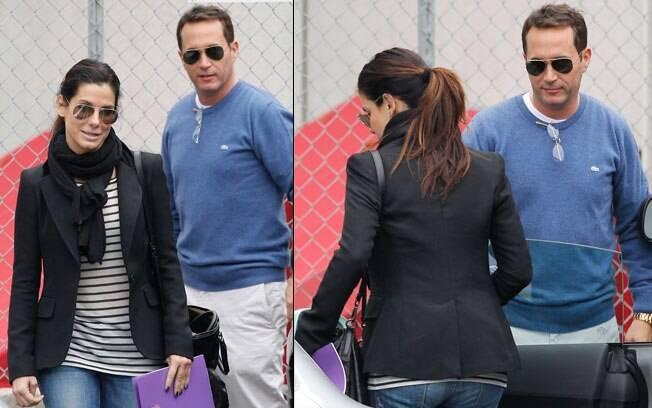 Sandra Bullock deixando a escola Sunnyside acompanhada por um homem