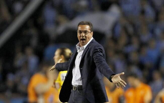 Vanderlei Luxemburgo reclama com a arbitragem  na partida entre Grêmio e Fortaleza