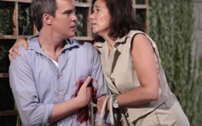 Tereza Cristina dá um tiro em René e Griselda socorre o ex,em Fina Estampa