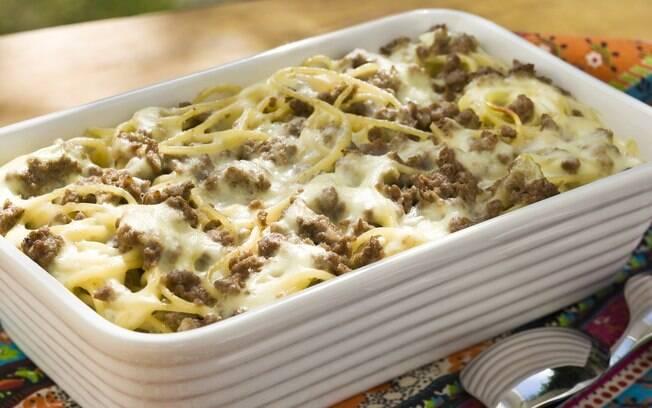 Foto da receita Spaguettini com carne moída e pimenta síria, com molho branco pronta.