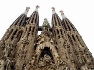 Sagrada Família. Localizada no centro de Barcelona, a famosa obra de Antoni Galdi começou a ser construída em 1882. No entanto, o projeto inicial era assinado pelo também arquiteto catalão Francisco Del Villar e, somente em 1883 passou a ser incorporado por Galdí. Com o tempo, o monumento tornou-se símbolo da cidade, sendo anualmente visitado por milhões de pessoas. Após a morte de Galdí em 1926, outros arquitetos continuaram trabalhando no desenvolvimento da obra, que tem a conclusão prevista para o ano de 2026, centenário de morte de Gaudí. Em 2005, a fachada principal e a cripta da Sagrada Família foram consideradas pela Unesco como Patrimônio Mundial.