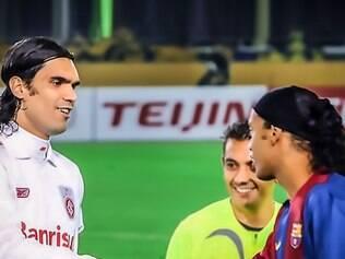 Ronaldinho e Fernandão, adversário na final do Mundial de 2006, se cumprimentam