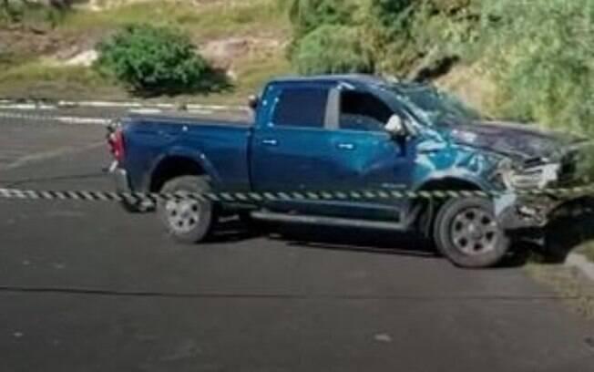 Homem furta caminhonete e na fuga invade estacionamento de supermercado