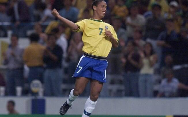 Ronaldinho comemora gol pela seleção  brasileira na Copa das Confederações de 1999