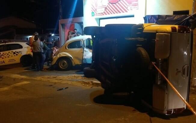 Motorista perde controle de caminhonete e bate em dois carros em Campinas