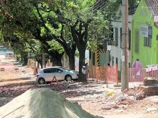 Deserta. Materiais de construção e lixo se misturam na avenida Bernardo Monteiro e levam sujeira para dentro de imóveis e comércios