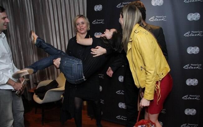 Giulia Gam carrega Bebel Gilberto após show no Rio e Luana Piovani se diverte com a cena